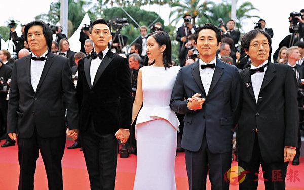 ■導演李滄東(左一)曾率領《燒失樂園》演員劉亞仁等人亮相康城電影節首映紅地氈。