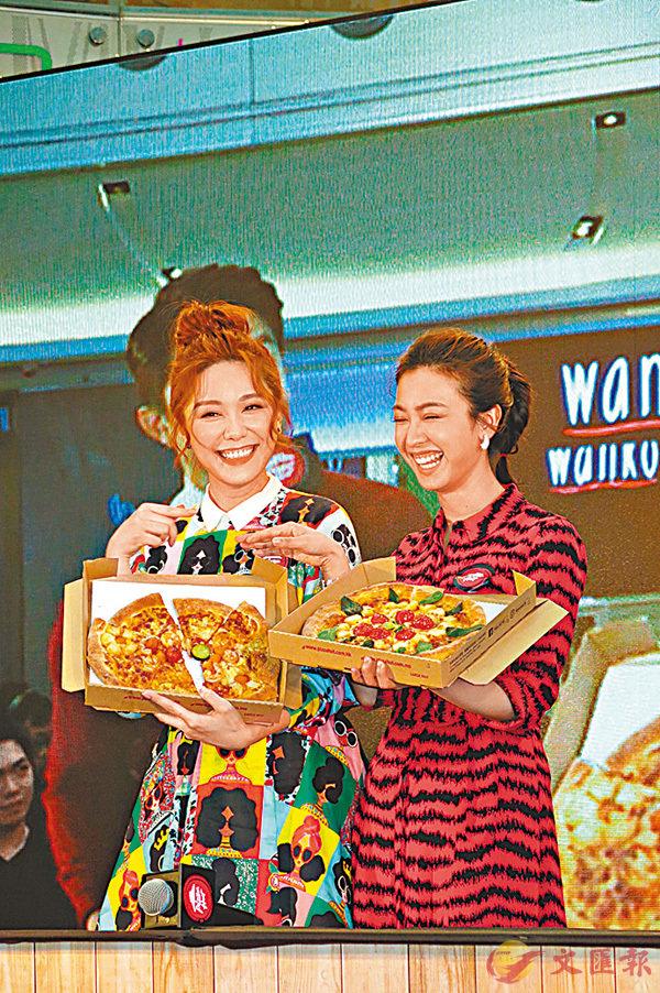 ■朱千雪(右)與湯洛雯(左)學整手製薄餅。