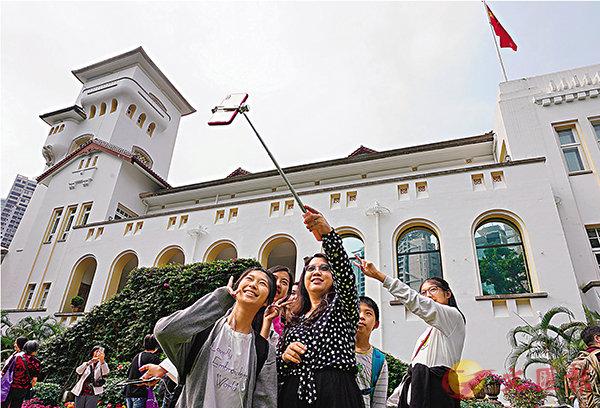 ■禮賓府昨日舉行開放日,吸引逾萬名市民及遊客入內參觀及拍照留念。中新社