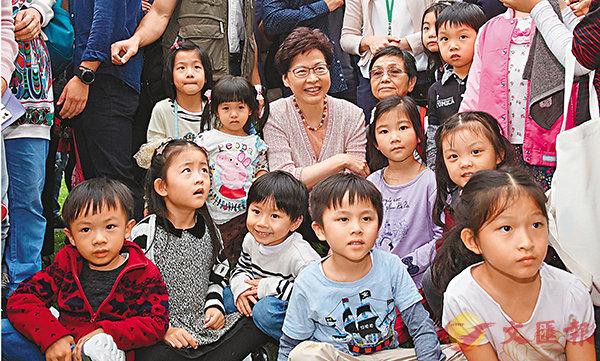 ■林鄭月娥與遊覽禮賓府的小朋友合影留念。香港文匯報記者劉國權  攝