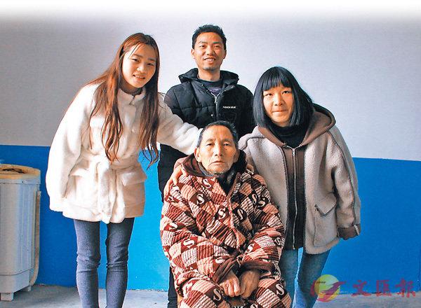 ■ 黃婷(左一)與家人的合影。香港文匯報記者王逍  攝