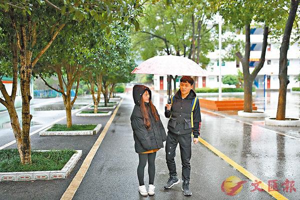 ■ 黃婷(左)來到桐木鎮勝利中學接弟弟黃好(右)放學。香港文匯報江西傳真