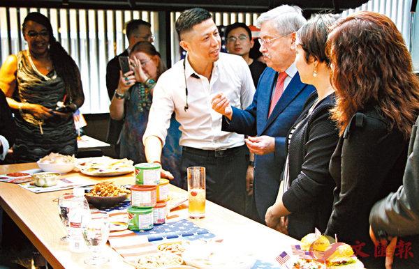 ■美國駐華大使泰里•布蘭斯塔德出席「舌尖上的美利堅」活動。香港文匯報記者李兵 攝