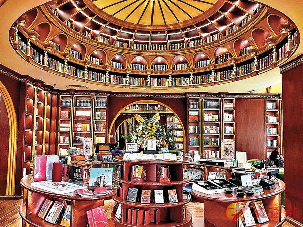 ■「盛文.北方新生活」大連24小時書店以意大利文藝復興為設計主題。  香港文匯報記者宋偉 攝