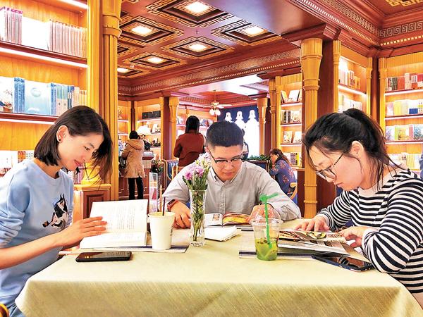 ■ 讀者結伴在24小時書店暢讀。香港文匯報記者宋偉 攝