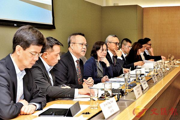 ■徐德義(左五)主持跨部門會議,擬定提高公眾防蚊及滅蚊意識的宣傳策略。
