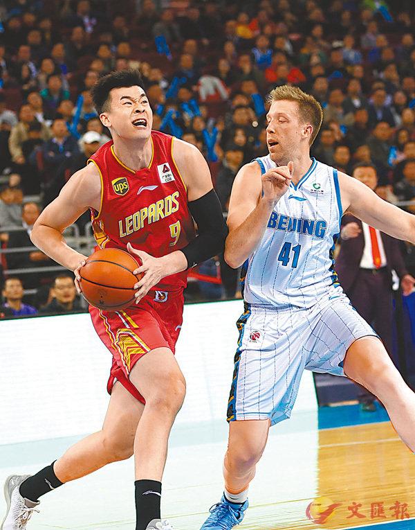 ■深圳隊球員李慕豪(左)在比賽中突破。  新華社
