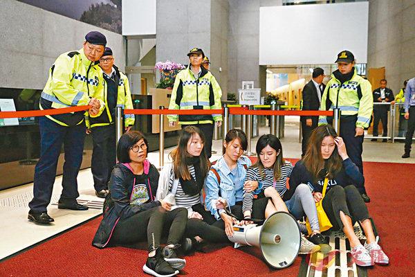 ■3月15日,「眾志」三名女成員及兩名嶺大女學生發難並突襲衝入政府總部,堵塞東翼大堂。 網上圖片