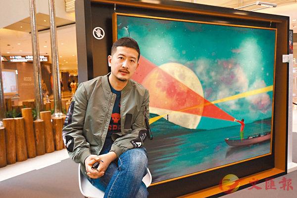 ■王曉勃身後是《尋找光明》系列作品之九,作品中小男孩的原型是他的小兒子。