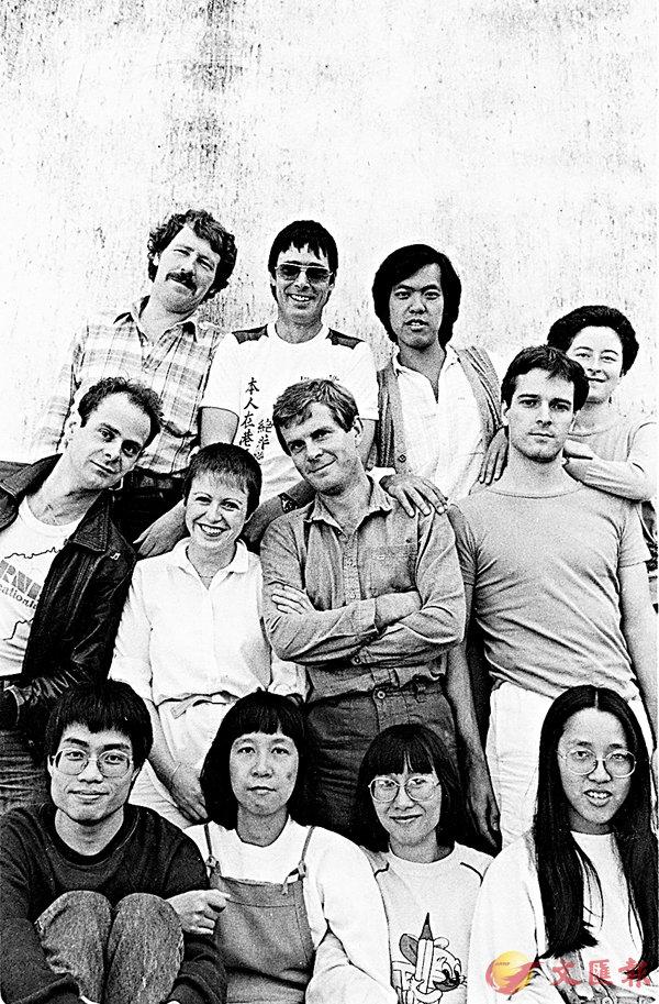 ■中英劇團1981年的合照,後排左一為中英劇團創辦人狄必達(Peter Day),第一代本地成員包括羅富明(後排右二)、李域基(後排右一)、李鎮洲(前排左一)、黃美蘭(前排左二)、孫惠芳(前排右二)及鮑皓昭(前排右一)。中英劇團提供