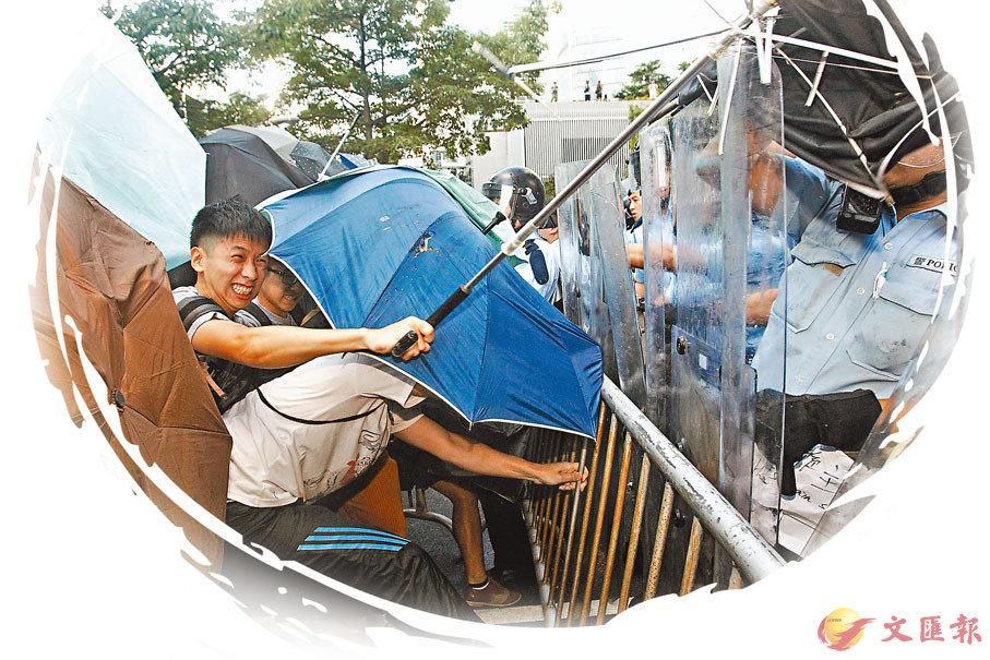 ■違「佔」示威者衝擊警方防線。 資料圖片