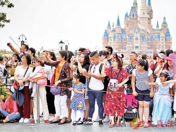 ■國內遊人數、收入增速連續多年兩位數增長。 香港文匯報記者孔雯瓊  攝