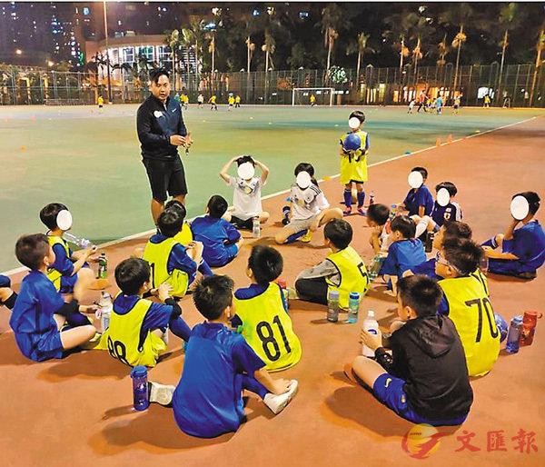 ■小虎為青少年開班教足球。