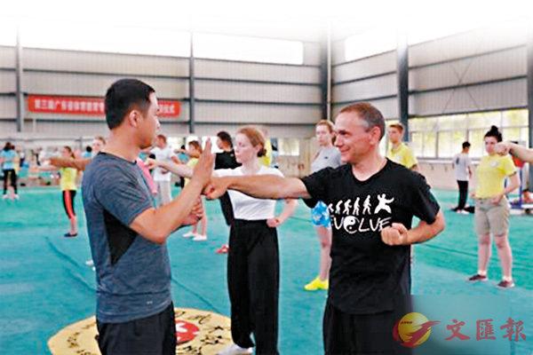 ■白俄羅斯師生在「孔子課堂」夏令營學習太極拳。網上圖片