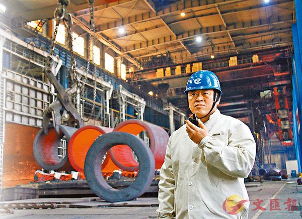 ■劉伯鳴站在加熱爐前指揮工作。香港文匯報記者于海江 攝