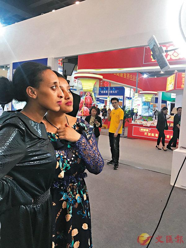 ■來自非洲的「網紅」正在做直播。香港文匯報記者劉蕊  攝