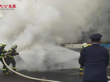 現場視頻   北京朝陽門橋汽車起火 消防迅速撲滅