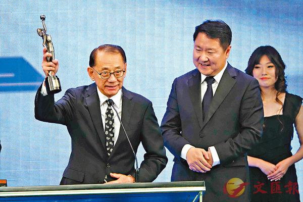 ■林超賢憑《紅海行動》一片奪得「最佳動作設計」,由老闆楊受成(左)及于冬上台代領獎項。