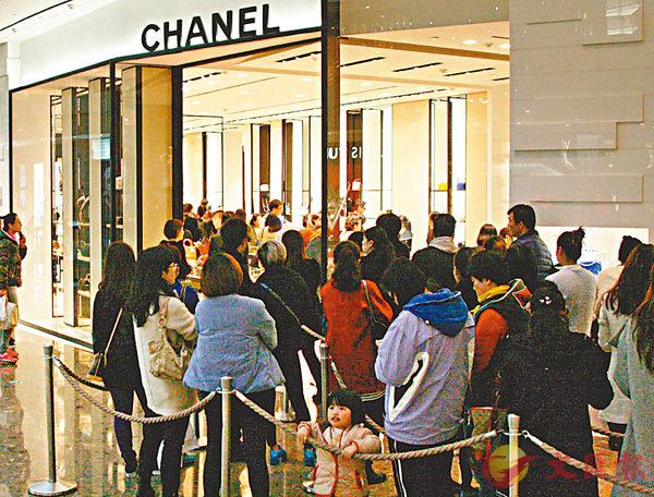■此前Chanel宣佈在內地下調價格,極大刺激內地消費者購買熱。 香港文匯報記者孔雯瓊  攝