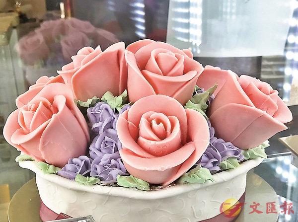 ■玫瑰蛋糕慶生。   作者提供
