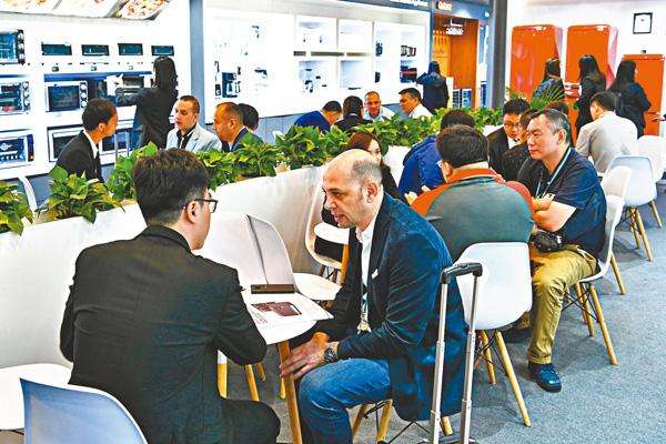 ■廣交會昨日開幕,採購商把握機會與參展商洽談。 新華社