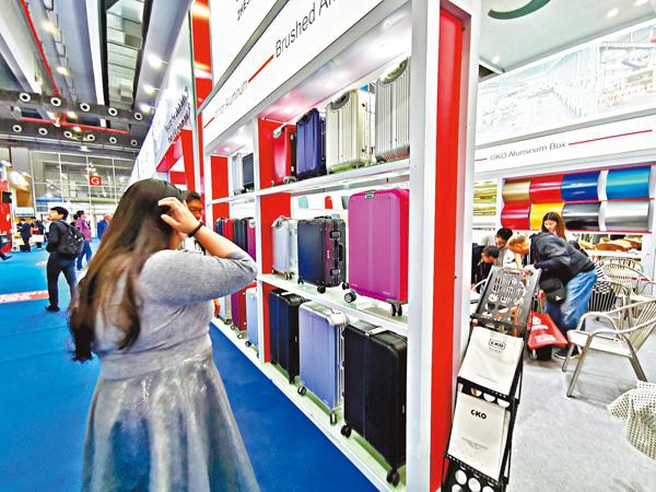 ■巨科新材料自主研發的旅行箱。 香港文匯報記者帥誠  攝