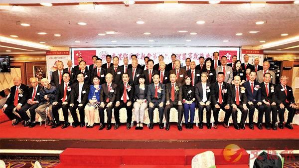 ■香港鄧氏宗親會第廿六屆理監事就職,賓主合照。