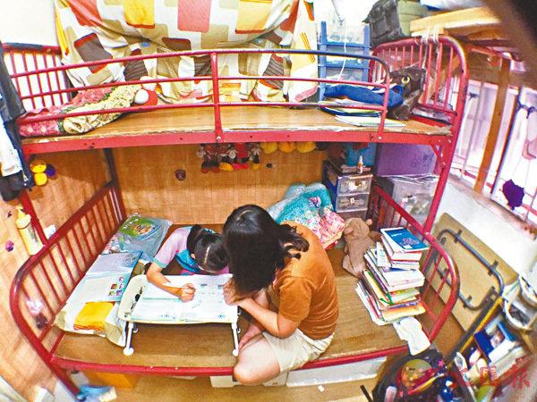 ■部分貧窮兒童沒有合適的地方做功課。 資料圖片