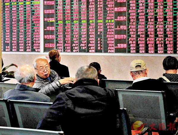 ■市場對流動性擔憂升溫,導致昨日A股表現不盡人意,滬深指數高開低走,最終全線收綠。 中新社