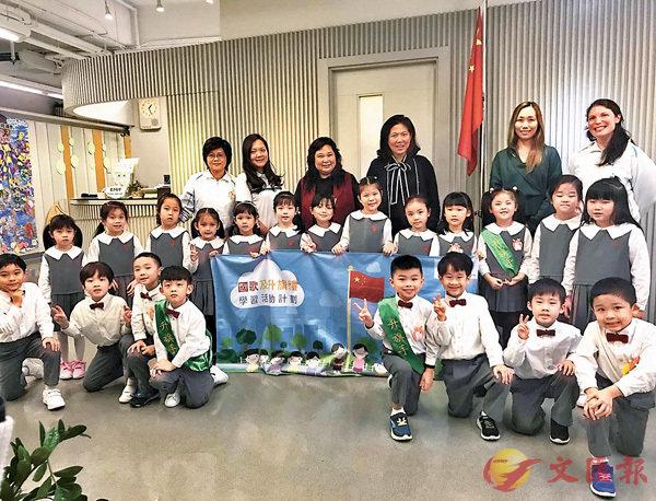 ■孔美琪(最後排右三)與維多利亞(何文田)國際幼兒園師生合照。 中心供圖
