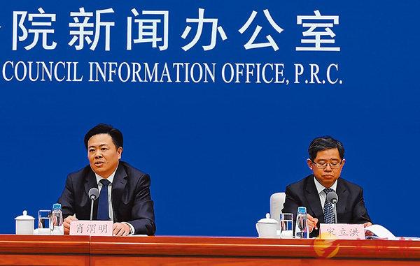 ■肖渭明(左)表示,中國願與更多國家和組織共建「一帶一路」。右為宋立洪。 香港文匯報記者張帥 攝