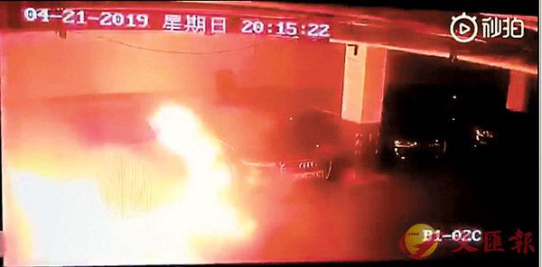 ■上海一輛特斯拉轎車前晚突然起火燃燒。視頻截圖