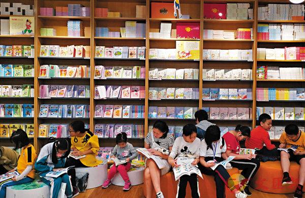 ■ 「廣州『00後』最喜愛的100本課外書」排行榜22日出爐,呈現數字閱讀熱、幻想小說熱、「治癒」小說熱三大特點。圖為孩子們在閱讀課外書。香港文匯報記者敖敏輝 攝