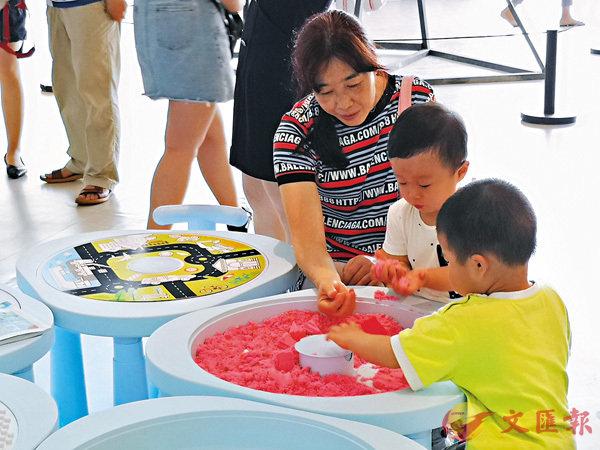 ■家長與小朋友在深圳國際親子設計展內互動交流。