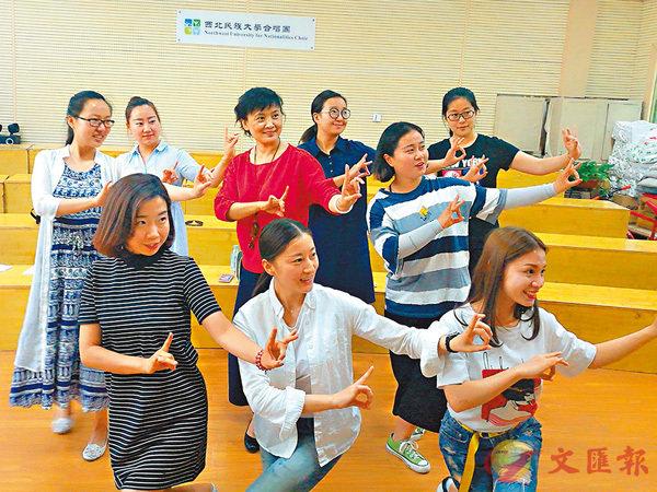 ■馬少敏教授學生表演京劇。劉俊海 攝