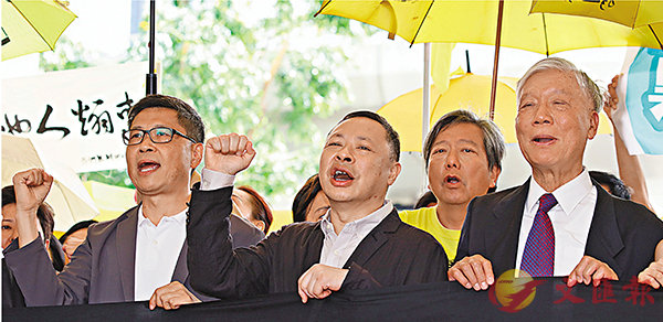 ■戴耀廷的《入獄感言》,反映他毫無悔意。圖為戴耀廷、陳健民與朱耀明日前判刑前在法院外示威。 資料圖片