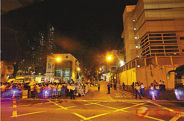 ■反對派在九犯判刑當天,煽動市民到荔枝角收押所門外集會。 資料圖片
