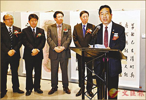 ■「蘇士澍、王林旭書畫展」在紐約聯合國總部舉辦。圖為蘇士澍(右一)在開幕式上致辭。 新華社
