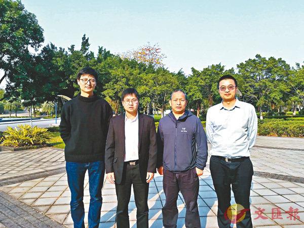 ■香港科大及華南師範大學研究團隊,創出光子量子記憶體新紀錄。左起:張善超、杜勝望、朱詩亮及顏輝。   科大圖片
