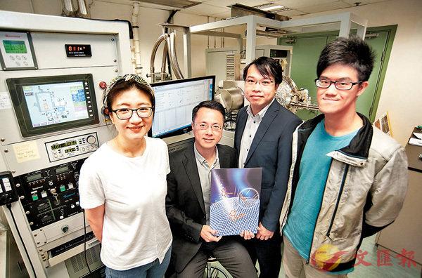 ■黃陟峰(左二)和梁湛輝(左三)的研究團隊聯手研發出世界首創的功能納米材料塗層,提升藥物純度。浸大圖片