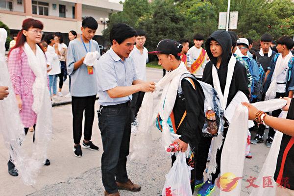 ■范德標(左)及全校老師歡送畢業生返藏。受訪者供圖