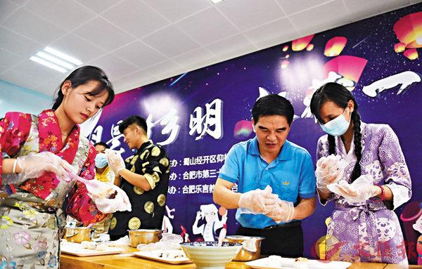 ■范德標(右二)與全校教師在中秋節與藏族學生一起做月餅過中秋。 受訪者供圖