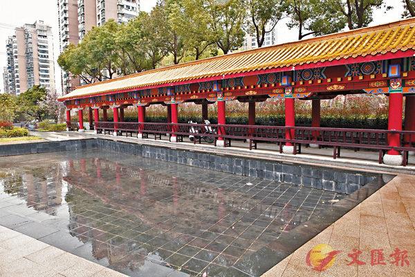 ■合肥三十五中校內藏族風格設計的庭廊。香港文匯報記者趙臣  攝