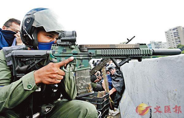 一名叛變的士兵手持武器嚴陣以待。 美聯社