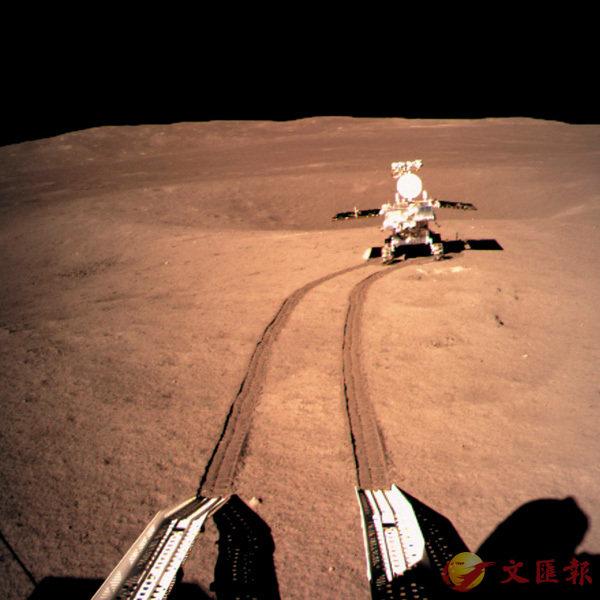 ■玉兔二號巡視器在月背行走。 資料圖片