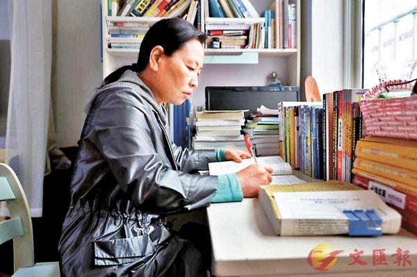 ■原夢園的家中到處都擺�荇恁A隨手就可以拿來閱讀。 網上圖片