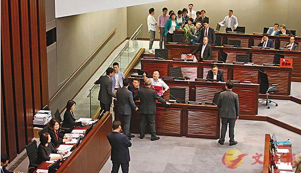 ■ 反對派議員口出惡語,群起搗亂,導致昨日內會提前結束。香港文匯報記者莫雪芝  攝