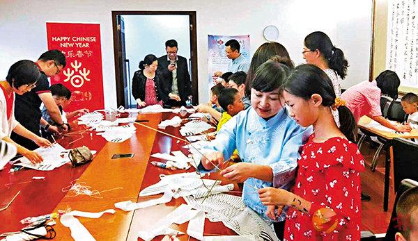 ■宋長虹在中國駐南非大使館給孩子們上風箏體驗課。受訪者供圖