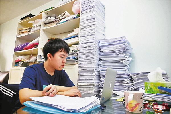 ■近兩米高的習題紙,是駿宏通向夢想的「階梯」。 香港文匯報記者莫雪芝  攝