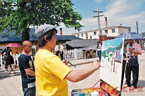 ■ 小鎮的異域風情吸引�茪j量油畫愛好者在此創作。 香港文匯報記者吳千  攝